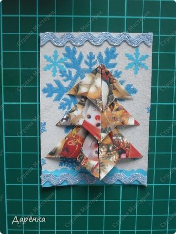 Нравятся мне такие ёлочки-оригами из новогодней упаковочной бумаги. Я в прошлом году такие открытки делала. Решила теперь приспособить их для АТС. Фон - салфетка со снежинками. Мама принесла новую блестящую тесьму, я её сразу приспособила. Снежинки дырокольные.  фото 7