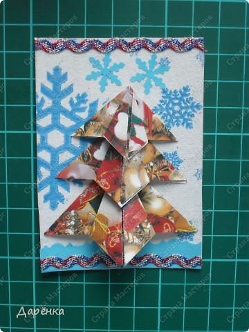 Нравятся мне такие ёлочки-оригами из новогодней упаковочной бумаги. Я в прошлом году такие открытки делала. Решила теперь приспособить их для АТС. Фон - салфетка со снежинками. Мама принесла новую блестящую тесьму, я её сразу приспособила. Снежинки дырокольные.  фото 8