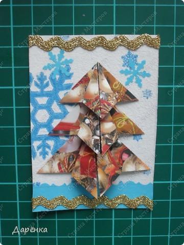 Нравятся мне такие ёлочки-оригами из новогодней упаковочной бумаги. Я в прошлом году такие открытки делала. Решила теперь приспособить их для АТС. Фон - салфетка со снежинками. Мама принесла новую блестящую тесьму, я её сразу приспособила. Снежинки дырокольные.  фото 9