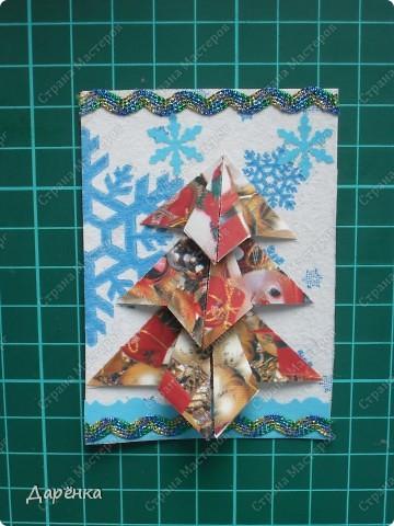 Нравятся мне такие ёлочки-оригами из новогодней упаковочной бумаги. Я в прошлом году такие открытки делала. Решила теперь приспособить их для АТС. Фон - салфетка со снежинками. Мама принесла новую блестящую тесьму, я её сразу приспособила. Снежинки дырокольные.  фото 10