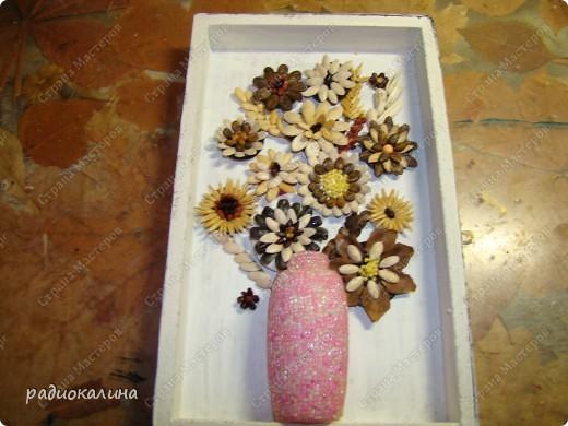 Делали мы с ребятами цветы на пуговицах и у нас получился букет в вазе. фото 11