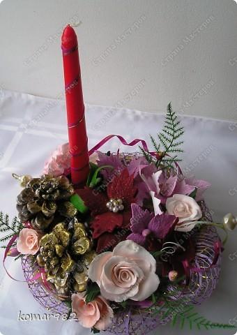 Добрый вечер! Новый год уже не за горами, вот я решила приступить к подготовке.  Налепила кучу цветочков и собрала несколько новогодних композиций. В дело пошло все, что нашлось в доме: шишки, свечи, ленты, проволока, корзинки, картины, картонки и маленькие собачонки. И это действительно так. Вот только картинки пока не доделала. фото 4