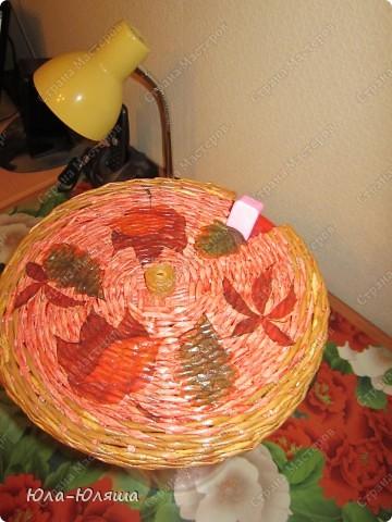 Корзинка для фруктов, ширина 27 см, высота 12 см. Сплетена из газетных трубочек, покрашена морилкой цвета лиственницы и палисандра. Декор - бусины деревянные. Сверху покрыта ПВА с водой 1:1 и матовым паркетным лаком. фото 5