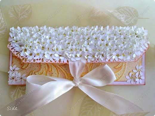 Первый мой конвертик! Крышка выполнена из дырокольных цветочков, серинки посыпаны глиттером, завязывается на атласную ленту. фото 1