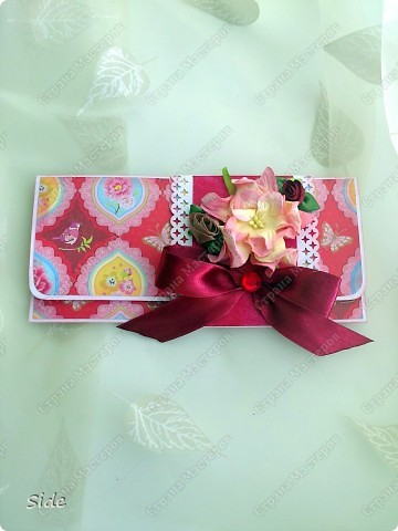 Первый мой конвертик! Крышка выполнена из дырокольных цветочков, серинки посыпаны глиттером, завязывается на атласную ленту. фото 4