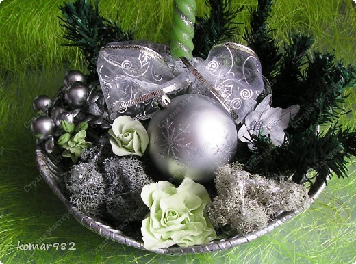 Добрый вечер! Новый год уже не за горами, вот я решила приступить к подготовке.  Налепила кучу цветочков и собрала несколько новогодних композиций. В дело пошло все, что нашлось в доме: шишки, свечи, ленты, проволока, корзинки, картины, картонки и маленькие собачонки. И это действительно так. Вот только картинки пока не доделала. фото 10