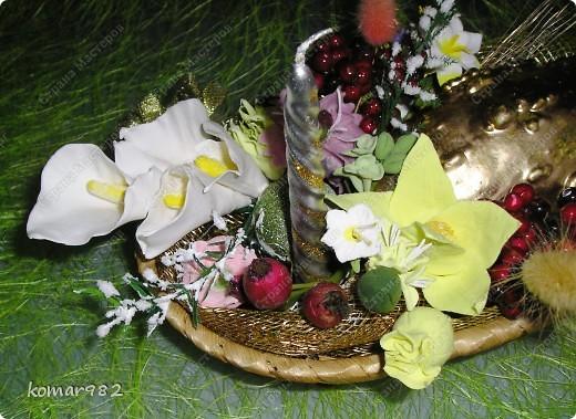 Добрый вечер! Новый год уже не за горами, вот я решила приступить к подготовке.  Налепила кучу цветочков и собрала несколько новогодних композиций. В дело пошло все, что нашлось в доме: шишки, свечи, ленты, проволока, корзинки, картины, картонки и маленькие собачонки. И это действительно так. Вот только картинки пока не доделала. фото 13