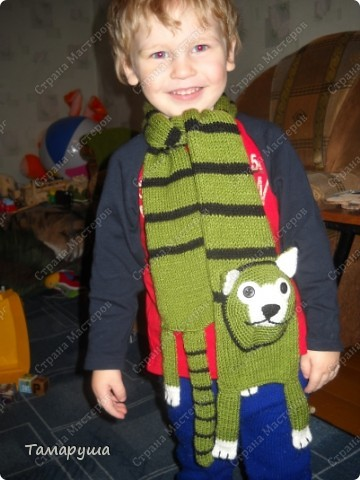 К зеленому зимнему костюму сына связала вот такой шарфик. фото 4