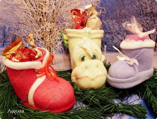 После двух башмачков Деда Мороза и Снегурочки , еще пришла идея сделать и башмачок-дракончик)))  фото 1