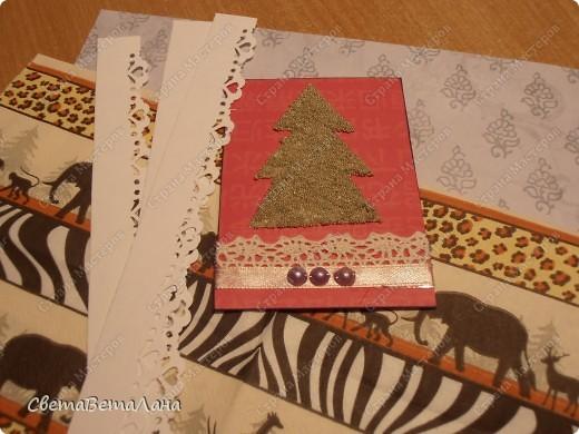 серия НОВОГОДНЕЕ НАСТРОЕНИЕ ... ............картон , гуашь черная, лист из журнала, дожь новогодний , лак для ногтей......... фото 10