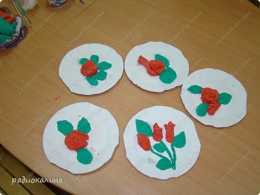 Для любимых мамочек дети лепили из соленого теста розы в подарок. Вот сколько цветов у нас собралось на столе. фото 1