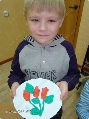 Для любимых мамочек дети лепили из соленого теста розы в подарок. Вот сколько цветов у нас собралось на столе. фото 5
