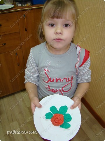 Для любимых мамочек дети лепили из соленого теста розы в подарок. Вот сколько цветов у нас собралось на столе. фото 6