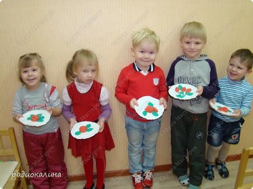 Для любимых мамочек дети лепили из соленого теста розы в подарок. Вот сколько цветов у нас собралось на столе. фото 2