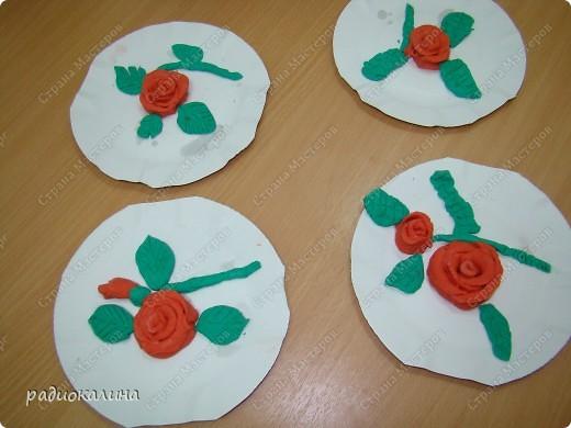 Для любимых мамочек дети лепили из соленого теста розы в подарок. Вот сколько цветов у нас собралось на столе. фото 7