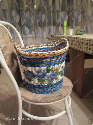 Сплелась корзина, вид спереди (фотографирую корзину на стуле, чтобы можно было представить размер). Пока без лака. фото 1