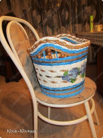 Сплелась корзина, вид спереди (фотографирую корзину на стуле, чтобы можно было представить размер). Пока без лака. фото 2