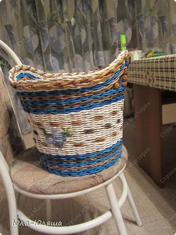 Сплелась корзина, вид спереди (фотографирую корзину на стуле, чтобы можно было представить размер). Пока без лака. фото 3