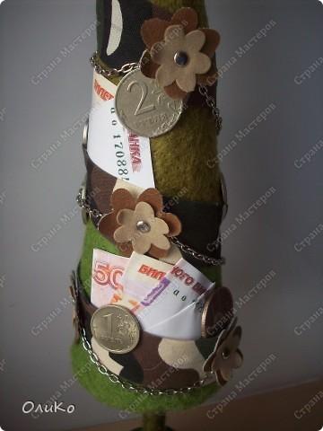 Елка сваляна из 100% шерсти сухим способом, декорирована лентой, настоящими монетами и фальшивыми купюрами Высота 41,3см с подставкой 41,8см фото 6