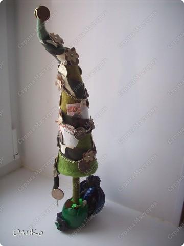 Елка сваляна из 100% шерсти сухим способом, декорирована лентой, настоящими монетами и фальшивыми купюрами Высота 41,3см с подставкой 41,8см фото 5