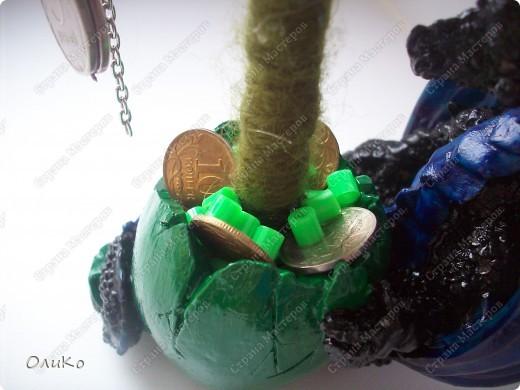 Елка сваляна из 100% шерсти сухим способом, декорирована лентой, настоящими монетами и фальшивыми купюрами Высота 41,3см с подставкой 41,8см фото 16