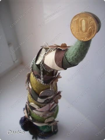 Елка сваляна из 100% шерсти сухим способом, декорирована лентой, настоящими монетами и фальшивыми купюрами Высота 41,3см с подставкой 41,8см фото 8