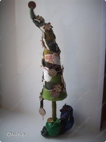 Елка сваляна из 100% шерсти сухим способом, декорирована лентой, настоящими монетами и фальшивыми купюрами Высота 41,3см с подставкой 41,8см фото 15