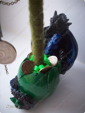Елка сваляна из 100% шерсти сухим способом, декорирована лентой, настоящими монетами и фальшивыми купюрами Высота 41,3см с подставкой 41,8см фото 11