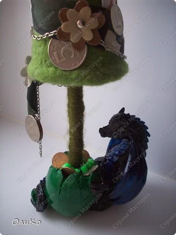 Елка сваляна из 100% шерсти сухим способом, декорирована лентой, настоящими монетами и фальшивыми купюрами Высота 41,3см с подставкой 41,8см фото 12