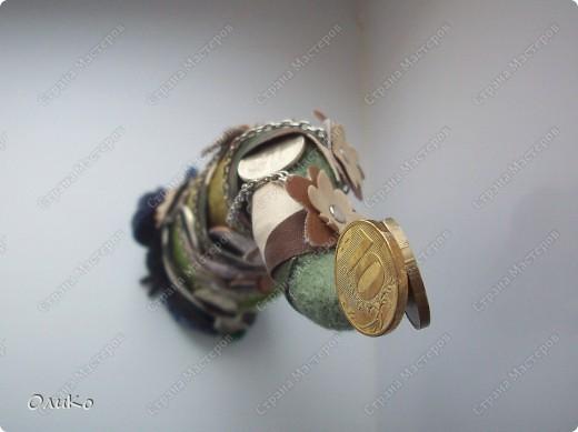 Елка сваляна из 100% шерсти сухим способом, декорирована лентой, настоящими монетами и фальшивыми купюрами Высота 41,3см с подставкой 41,8см фото 9