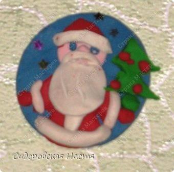 Слепила из пластилина вот такого Деда Мороза.  фото 1
