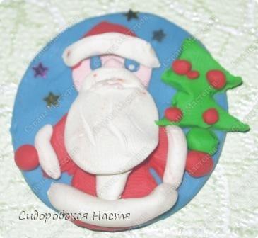 Слепила из пластилина вот такого Деда Мороза.  фото 2