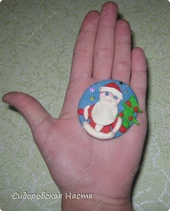 Слепила из пластилина вот такого Деда Мороза.  фото 3