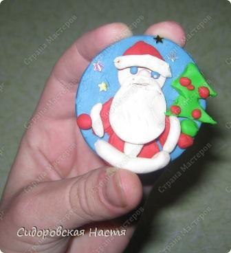 Слепила из пластилина вот такого Деда Мороза.  фото 4