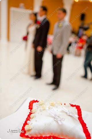 Здравствуйте. Наконец-то отдали фотографии. Теперь могу показать свою подготовку к свадьбе. Волнительно, т.к. в первый раз. Подушечка. Розочки слеплены. Все пришито. фото 2