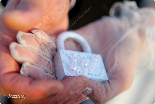 Здравствуйте. Наконец-то отдали фотографии. Теперь могу показать свою подготовку к свадьбе. Волнительно, т.к. в первый раз. Подушечка. Розочки слеплены. Все пришито. фото 7