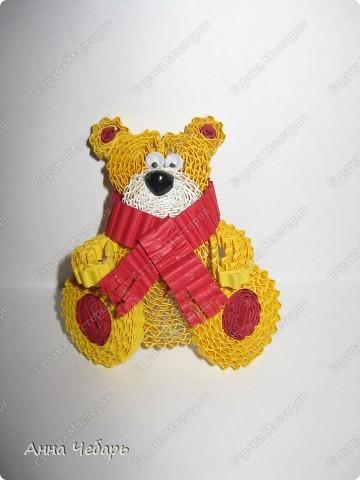Второй день по долгу службы с утра до вечера любуемся мишками Тедди и другими милягами :) Вчера вечером, видимо от переизбытка медвежьих впечатлений, начали твориться медведи... Выставка очень уютная, поэтому и открытка получилась в коричнево-медвежьих тонах :) Основа готовая трехстворчатая, медведь гофроквиллинговый, глаза и нос пластмассовые покупные, елка из бумаги для листьев для простого квиллинга, звезда из блестящего конфетти разного размера и цвета, а занавесочка - широкая тесьма из бабулиных запасов - она мне такие воротнички-стоечки пришивала на школьную, еще коричневую, форму..... Снежинки - дырокольные, надпись - распечатка. Плюс немного контура. фото 2