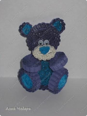 Второй день по долгу службы с утра до вечера любуемся мишками Тедди и другими милягами :) Вчера вечером, видимо от переизбытка медвежьих впечатлений, начали твориться медведи... Выставка очень уютная, поэтому и открытка получилась в коричнево-медвежьих тонах :) Основа готовая трехстворчатая, медведь гофроквиллинговый, глаза и нос пластмассовые покупные, елка из бумаги для листьев для простого квиллинга, звезда из блестящего конфетти разного размера и цвета, а занавесочка - широкая тесьма из бабулиных запасов - она мне такие воротнички-стоечки пришивала на школьную, еще коричневую, форму..... Снежинки - дырокольные, надпись - распечатка. Плюс немного контура. фото 3