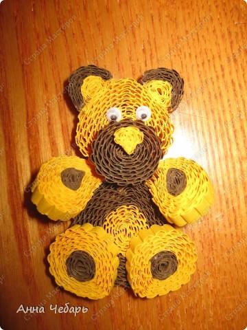 Второй день по долгу службы с утра до вечера любуемся мишками Тедди и другими милягами :) Вчера вечером, видимо от переизбытка медвежьих впечатлений, начали твориться медведи... Выставка очень уютная, поэтому и открытка получилась в коричнево-медвежьих тонах :) Основа готовая трехстворчатая, медведь гофроквиллинговый, глаза и нос пластмассовые покупные, елка из бумаги для листьев для простого квиллинга, звезда из блестящего конфетти разного размера и цвета, а занавесочка - широкая тесьма из бабулиных запасов - она мне такие воротнички-стоечки пришивала на школьную, еще коричневую, форму..... Снежинки - дырокольные, надпись - распечатка. Плюс немного контура. фото 4