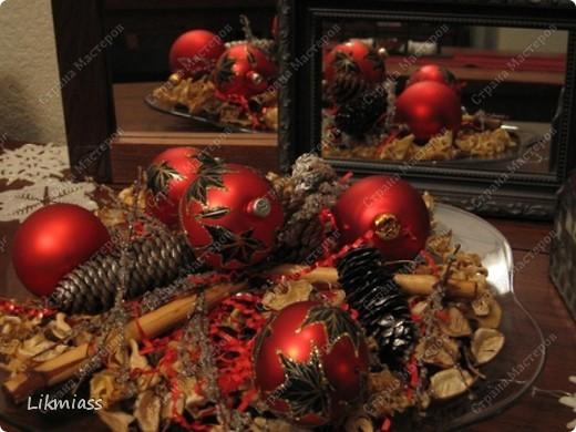 """Здравствуйте, здравствуйте, здравствуйте. Сегодня у нас обещанная новогодняя ночь в красном. И я попробую поучаствовать с ней еще и в задании """"Новый год"""" в блоге СкрапМагия вот здесь http://scrapmagia-ru.blogspot.com/2011/11/blog-post_23.html . Мы с вами выбираем цвет новогодней ночи. Что же о красном? Красный цвет олицетворяет могущество, прорыв, он всегда добивается того, чего хочет. Он всегда в движении, всегда источник энергии. Красный цвет любит быть первым, но не всегда может им быть.  Красный  символизирует страсть, возбуждает страстность, т.е. страстно любит, страстно ненавидит и страстно верит.  Так по-русски, наотмашку. фото 11"""