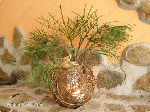 Уже везде ощущается Дух Рождества... И все мы  погружаемся в воспоминания детства и не смотря ни на что чувствуем, где-то в глубине души, чувство детской радости от ожидания какого-то  новогоднего чуда... Запах елки и апельсин... Это чувство всегда возвращается к нам раз в год и возвращает нас, в какой-то мере, в мир безоблачного детства и радости. Наверно поэтому в этом году я так  ответственно подошла к подготовке к этим милым  праздникам. Очень захотелось вернутся  в свое детство, когда с мамой готовились к Новому году заранее. Когда делали украшения все  вместе и самое главное- не в последний момент.Так что и я стала готовится к этому еще с сентября. Покупая  постепенно  материалы, краски и  неся из леса все, что понравится. Шишки, ветки, коряги и тому подобное. С 27 ноября в Германии наступил 1 Адвент. Это значит, что уже официально везде горят с этого дня  новогодние лампы в окнах, украшены елки во дворах. Везде горят свечи, как один из главных атрибутов Рождества...Везде букеты из еловых и сосновых веток... Меня это тоже не обошло стороной...Единственное, что делают позже, так это украшают рождественскую елку дома только накануне рождества 24 декабря. Рождественские звезды-цветы  сделаны из фетра.Так же использовала  веточки от настоящей туи. Мне показалось, что они очень гармонично смотрятся. Цветы к лампе крепила на двух сторонний скотч, чтобы после праздников можно было все безболезненно снять. Веточки туи прикрепила при помощи булавочек. Ветки срезаны более 2-х недель назад, но все такие же зеленые.... фото 7