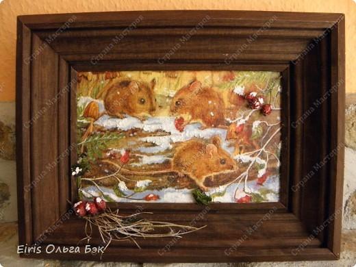 Уже везде ощущается Дух Рождества... И все мы  погружаемся в воспоминания детства и не смотря ни на что чувствуем, где-то в глубине души, чувство детской радости от ожидания какого-то  новогоднего чуда... Запах елки и апельсин... Это чувство всегда возвращается к нам раз в год и возвращает нас, в какой-то мере, в мир безоблачного детства и радости. Наверно поэтому в этом году я так  ответственно подошла к подготовке к этим милым  праздникам. Очень захотелось вернутся  в свое детство, когда с мамой готовились к Новому году заранее. Когда делали украшения все  вместе и самое главное- не в последний момент.Так что и я стала готовится к этому еще с сентября. Покупая  постепенно  материалы, краски и  неся из леса все, что понравится. Шишки, ветки, коряги и тому подобное. С 27 ноября в Германии наступил 1 Адвент. Это значит, что уже официально везде горят с этого дня  новогодние лампы в окнах, украшены елки во дворах. Везде горят свечи, как один из главных атрибутов Рождества...Везде букеты из еловых и сосновых веток... Меня это тоже не обошло стороной...Единственное, что делают позже, так это украшают рождественскую елку дома только накануне рождества 24 декабря. Рождественские звезды-цветы  сделаны из фетра.Так же использовала  веточки от настоящей туи. Мне показалось, что они очень гармонично смотрятся. Цветы к лампе крепила на двух сторонний скотч, чтобы после праздников можно было все безболезненно снять. Веточки туи прикрепила при помощи булавочек. Ветки срезаны более 2-х недель назад, но все такие же зеленые.... фото 31