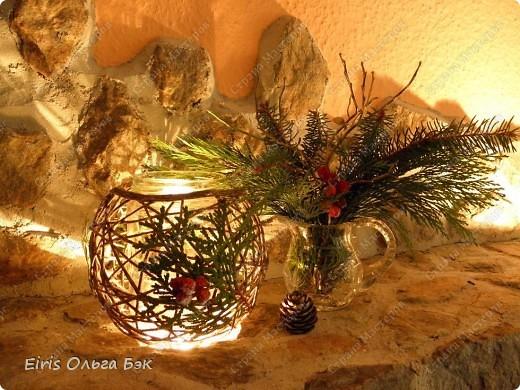 Уже везде ощущается Дух Рождества... И все мы  погружаемся в воспоминания детства и не смотря ни на что чувствуем, где-то в глубине души, чувство детской радости от ожидания какого-то  новогоднего чуда... Запах елки и апельсин... Это чувство всегда возвращается к нам раз в год и возвращает нас, в какой-то мере, в мир безоблачного детства и радости. Наверно поэтому в этом году я так  ответственно подошла к подготовке к этим милым  праздникам. Очень захотелось вернутся  в свое детство, когда с мамой готовились к Новому году заранее. Когда делали украшения все  вместе и самое главное- не в последний момент.Так что и я стала готовится к этому еще с сентября. Покупая  постепенно  материалы, краски и  неся из леса все, что понравится. Шишки, ветки, коряги и тому подобное. С 27 ноября в Германии наступил 1 Адвент. Это значит, что уже официально везде горят с этого дня  новогодние лампы в окнах, украшены елки во дворах. Везде горят свечи, как один из главных атрибутов Рождества...Везде букеты из еловых и сосновых веток... Меня это тоже не обошло стороной...Единственное, что делают позже, так это украшают рождественскую елку дома только накануне рождества 24 декабря. Рождественские звезды-цветы  сделаны из фетра.Так же использовала  веточки от настоящей туи. Мне показалось, что они очень гармонично смотрятся. Цветы к лампе крепила на двух сторонний скотч, чтобы после праздников можно было все безболезненно снять. Веточки туи прикрепила при помощи булавочек. Ветки срезаны более 2-х недель назад, но все такие же зеленые.... фото 8