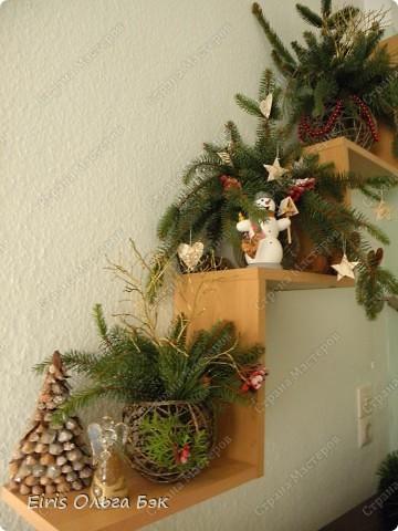 Уже везде ощущается Дух Рождества... И все мы  погружаемся в воспоминания детства и не смотря ни на что чувствуем, где-то в глубине души, чувство детской радости от ожидания какого-то  новогоднего чуда... Запах елки и апельсин... Это чувство всегда возвращается к нам раз в год и возвращает нас, в какой-то мере, в мир безоблачного детства и радости. Наверно поэтому в этом году я так  ответственно подошла к подготовке к этим милым  праздникам. Очень захотелось вернутся  в свое детство, когда с мамой готовились к Новому году заранее. Когда делали украшения все  вместе и самое главное- не в последний момент.Так что и я стала готовится к этому еще с сентября. Покупая  постепенно  материалы, краски и  неся из леса все, что понравится. Шишки, ветки, коряги и тому подобное. С 27 ноября в Германии наступил 1 Адвент. Это значит, что уже официально везде горят с этого дня  новогодние лампы в окнах, украшены елки во дворах. Везде горят свечи, как один из главных атрибутов Рождества...Везде букеты из еловых и сосновых веток... Меня это тоже не обошло стороной...Единственное, что делают позже, так это украшают рождественскую елку дома только накануне рождества 24 декабря. Рождественские звезды-цветы  сделаны из фетра.Так же использовала  веточки от настоящей туи. Мне показалось, что они очень гармонично смотрятся. Цветы к лампе крепила на двух сторонний скотч, чтобы после праздников можно было все безболезненно снять. Веточки туи прикрепила при помощи булавочек. Ветки срезаны более 2-х недель назад, но все такие же зеленые.... фото 9