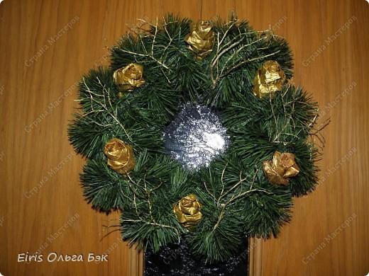 Уже везде ощущается Дух Рождества... И все мы  погружаемся в воспоминания детства и не смотря ни на что чувствуем, где-то в глубине души, чувство детской радости от ожидания какого-то  новогоднего чуда... Запах елки и апельсин... Это чувство всегда возвращается к нам раз в год и возвращает нас, в какой-то мере, в мир безоблачного детства и радости. Наверно поэтому в этом году я так  ответственно подошла к подготовке к этим милым  праздникам. Очень захотелось вернутся  в свое детство, когда с мамой готовились к Новому году заранее. Когда делали украшения все  вместе и самое главное- не в последний момент.Так что и я стала готовится к этому еще с сентября. Покупая  постепенно  материалы, краски и  неся из леса все, что понравится. Шишки, ветки, коряги и тому подобное. С 27 ноября в Германии наступил 1 Адвент. Это значит, что уже официально везде горят с этого дня  новогодние лампы в окнах, украшены елки во дворах. Везде горят свечи, как один из главных атрибутов Рождества...Везде букеты из еловых и сосновых веток... Меня это тоже не обошло стороной...Единственное, что делают позже, так это украшают рождественскую елку дома только накануне рождества 24 декабря. Рождественские звезды-цветы  сделаны из фетра.Так же использовала  веточки от настоящей туи. Мне показалось, что они очень гармонично смотрятся. Цветы к лампе крепила на двух сторонний скотч, чтобы после праздников можно было все безболезненно снять. Веточки туи прикрепила при помощи булавочек. Ветки срезаны более 2-х недель назад, но все такие же зеленые.... фото 25