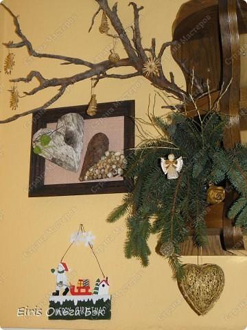 Уже везде ощущается Дух Рождества... И все мы  погружаемся в воспоминания детства и не смотря ни на что чувствуем, где-то в глубине души, чувство детской радости от ожидания какого-то  новогоднего чуда... Запах елки и апельсин... Это чувство всегда возвращается к нам раз в год и возвращает нас, в какой-то мере, в мир безоблачного детства и радости. Наверно поэтому в этом году я так  ответственно подошла к подготовке к этим милым  праздникам. Очень захотелось вернутся  в свое детство, когда с мамой готовились к Новому году заранее. Когда делали украшения все  вместе и самое главное- не в последний момент.Так что и я стала готовится к этому еще с сентября. Покупая  постепенно  материалы, краски и  неся из леса все, что понравится. Шишки, ветки, коряги и тому подобное. С 27 ноября в Германии наступил 1 Адвент. Это значит, что уже официально везде горят с этого дня  новогодние лампы в окнах, украшены елки во дворах. Везде горят свечи, как один из главных атрибутов Рождества...Везде букеты из еловых и сосновых веток... Меня это тоже не обошло стороной...Единственное, что делают позже, так это украшают рождественскую елку дома только накануне рождества 24 декабря. Рождественские звезды-цветы  сделаны из фетра.Так же использовала  веточки от настоящей туи. Мне показалось, что они очень гармонично смотрятся. Цветы к лампе крепила на двух сторонний скотч, чтобы после праздников можно было все безболезненно снять. Веточки туи прикрепила при помощи булавочек. Ветки срезаны более 2-х недель назад, но все такие же зеленые.... фото 22
