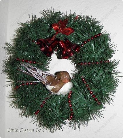 Уже везде ощущается Дух Рождества... И все мы  погружаемся в воспоминания детства и не смотря ни на что чувствуем, где-то в глубине души, чувство детской радости от ожидания какого-то  новогоднего чуда... Запах елки и апельсин... Это чувство всегда возвращается к нам раз в год и возвращает нас, в какой-то мере, в мир безоблачного детства и радости. Наверно поэтому в этом году я так  ответственно подошла к подготовке к этим милым  праздникам. Очень захотелось вернутся  в свое детство, когда с мамой готовились к Новому году заранее. Когда делали украшения все  вместе и самое главное- не в последний момент.Так что и я стала готовится к этому еще с сентября. Покупая  постепенно  материалы, краски и  неся из леса все, что понравится. Шишки, ветки, коряги и тому подобное. С 27 ноября в Германии наступил 1 Адвент. Это значит, что уже официально везде горят с этого дня  новогодние лампы в окнах, украшены елки во дворах. Везде горят свечи, как один из главных атрибутов Рождества...Везде букеты из еловых и сосновых веток... Меня это тоже не обошло стороной...Единственное, что делают позже, так это украшают рождественскую елку дома только накануне рождества 24 декабря. Рождественские звезды-цветы  сделаны из фетра.Так же использовала  веточки от настоящей туи. Мне показалось, что они очень гармонично смотрятся. Цветы к лампе крепила на двух сторонний скотч, чтобы после праздников можно было все безболезненно снять. Веточки туи прикрепила при помощи булавочек. Ветки срезаны более 2-х недель назад, но все такие же зеленые.... фото 28