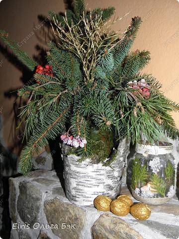 Уже везде ощущается Дух Рождества... И все мы  погружаемся в воспоминания детства и не смотря ни на что чувствуем, где-то в глубине души, чувство детской радости от ожидания какого-то  новогоднего чуда... Запах елки и апельсин... Это чувство всегда возвращается к нам раз в год и возвращает нас, в какой-то мере, в мир безоблачного детства и радости. Наверно поэтому в этом году я так  ответственно подошла к подготовке к этим милым  праздникам. Очень захотелось вернутся  в свое детство, когда с мамой готовились к Новому году заранее. Когда делали украшения все  вместе и самое главное- не в последний момент.Так что и я стала готовится к этому еще с сентября. Покупая  постепенно  материалы, краски и  неся из леса все, что понравится. Шишки, ветки, коряги и тому подобное. С 27 ноября в Германии наступил 1 Адвент. Это значит, что уже официально везде горят с этого дня  новогодние лампы в окнах, украшены елки во дворах. Везде горят свечи, как один из главных атрибутов Рождества...Везде букеты из еловых и сосновых веток... Меня это тоже не обошло стороной...Единственное, что делают позже, так это украшают рождественскую елку дома только накануне рождества 24 декабря. Рождественские звезды-цветы  сделаны из фетра.Так же использовала  веточки от настоящей туи. Мне показалось, что они очень гармонично смотрятся. Цветы к лампе крепила на двух сторонний скотч, чтобы после праздников можно было все безболезненно снять. Веточки туи прикрепила при помощи булавочек. Ветки срезаны более 2-х недель назад, но все такие же зеленые.... фото 15