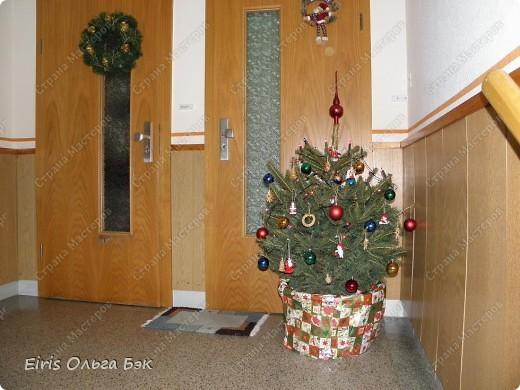 Уже везде ощущается Дух Рождества... И все мы  погружаемся в воспоминания детства и не смотря ни на что чувствуем, где-то в глубине души, чувство детской радости от ожидания какого-то  новогоднего чуда... Запах елки и апельсин... Это чувство всегда возвращается к нам раз в год и возвращает нас, в какой-то мере, в мир безоблачного детства и радости. Наверно поэтому в этом году я так  ответственно подошла к подготовке к этим милым  праздникам. Очень захотелось вернутся  в свое детство, когда с мамой готовились к Новому году заранее. Когда делали украшения все  вместе и самое главное- не в последний момент.Так что и я стала готовится к этому еще с сентября. Покупая  постепенно  материалы, краски и  неся из леса все, что понравится. Шишки, ветки, коряги и тому подобное. С 27 ноября в Германии наступил 1 Адвент. Это значит, что уже официально везде горят с этого дня  новогодние лампы в окнах, украшены елки во дворах. Везде горят свечи, как один из главных атрибутов Рождества...Везде букеты из еловых и сосновых веток... Меня это тоже не обошло стороной...Единственное, что делают позже, так это украшают рождественскую елку дома только накануне рождества 24 декабря. Рождественские звезды-цветы  сделаны из фетра.Так же использовала  веточки от настоящей туи. Мне показалось, что они очень гармонично смотрятся. Цветы к лампе крепила на двух сторонний скотч, чтобы после праздников можно было все безболезненно снять. Веточки туи прикрепила при помощи булавочек. Ветки срезаны более 2-х недель назад, но все такие же зеленые.... фото 30