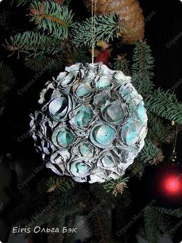 Уже везде ощущается Дух Рождества... И все мы  погружаемся в воспоминания детства и не смотря ни на что чувствуем, где-то в глубине души, чувство детской радости от ожидания какого-то  новогоднего чуда... Запах елки и апельсин... Это чувство всегда возвращается к нам раз в год и возвращает нас, в какой-то мере, в мир безоблачного детства и радости. Наверно поэтому в этом году я так  ответственно подошла к подготовке к этим милым  праздникам. Очень захотелось вернутся  в свое детство, когда с мамой готовились к Новому году заранее. Когда делали украшения все  вместе и самое главное- не в последний момент.Так что и я стала готовится к этому еще с сентября. Покупая  постепенно  материалы, краски и  неся из леса все, что понравится. Шишки, ветки, коряги и тому подобное. С 27 ноября в Германии наступил 1 Адвент. Это значит, что уже официально везде горят с этого дня  новогодние лампы в окнах, украшены елки во дворах. Везде горят свечи, как один из главных атрибутов Рождества...Везде букеты из еловых и сосновых веток... Меня это тоже не обошло стороной...Единственное, что делают позже, так это украшают рождественскую елку дома только накануне рождества 24 декабря. Рождественские звезды-цветы  сделаны из фетра.Так же использовала  веточки от настоящей туи. Мне показалось, что они очень гармонично смотрятся. Цветы к лампе крепила на двух сторонний скотч, чтобы после праздников можно было все безболезненно снять. Веточки туи прикрепила при помощи булавочек. Ветки срезаны более 2-х недель назад, но все такие же зеленые.... фото 24